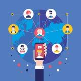 Κοινωνικό χέρι επιχειρηματιών έννοιας δικτύων με την κινητή έξυπνη τηλεφωνική παγκόσμια επικοινωνία infographic στοιχεία Στοκ Φωτογραφία