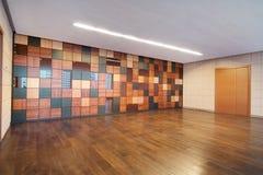 Κοινό εσωτερικό κτιρίου γραφείων Στοκ εικόνα με δικαίωμα ελεύθερης χρήσης