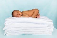 Κοισμένος νεογέννητο αφρικανικό μωρό Στοκ εικόνες με δικαίωμα ελεύθερης χρήσης