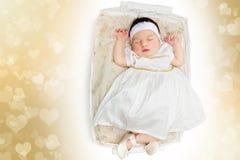 Κοισμένος νεογέννητο κοριτσάκι που φορά το άσπρο φόρεμα στοκ φωτογραφίες