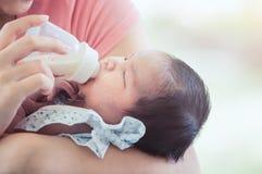 Κοισμένος νεογέννητο μικρό κορίτσι μωρών που πίνει ένα γάλα από το μπουκάλι Στοκ φωτογραφίες με δικαίωμα ελεύθερης χρήσης