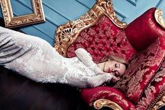Κοισμένος όμορφη ξανθή γυναίκα στο γαμήλιο φόρεμα, όνειρο κατάπληξης έννοιας τέχνης μόδας Στοκ Εικόνα