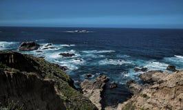 Κοιτάζοντας έξω στον Ειρηνικό από μεγάλο Sur, Καλιφόρνια Στοκ φωτογραφία με δικαίωμα ελεύθερης χρήσης
