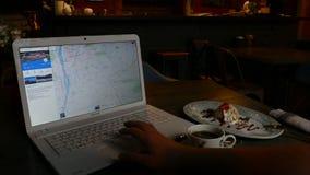 Κοιτάζοντας βιαστικά τη φωτογραφία της Πράγας σε Google - άτομο που χρησιμοποιεί το ταξίδι προγραμματισμού lap-top φιλμ μικρού μήκους