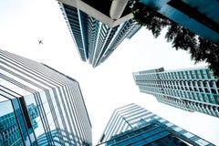 Κοιτάζοντας επάνω στην άποψη στην οικονομική περιοχή, οι σκιαγραφίες των ουρανοξυστών Στοκ Εικόνα
