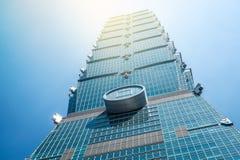 Κοιτάζοντας επάνω στην άποψη της Ταϊπέι 101, το ορόσημο της Ταϊβάν, απεικονίζει τα φω'τα μπλε ουρανού και ήλιων Στοκ Φωτογραφίες