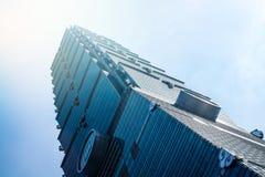 Κοιτάζοντας επάνω στην άποψη της Ταϊπέι 101, το ορόσημο της Ταϊβάν, απεικονίζει τα φω'τα μπλε ουρανού και ήλιων Στοκ Φωτογραφία