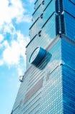 Κοιτάζοντας επάνω στην άποψη της Ταϊπέι 101, το ορόσημο της Ταϊβάν, απεικονίζει τα φω'τα μπλε ουρανού και ήλιων Στοκ εικόνα με δικαίωμα ελεύθερης χρήσης