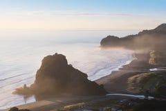 Κοιτάξτε έξω στην εναέρια άποψη του Ώκλαντ Νέα Ζηλανδία παραλιών Piha βράχου λιονταριών της παραλίας Piha κοντά στο Ώκλαντ Δημοφι στοκ εικόνες