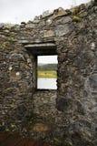 Κοιτάξτε από ένα παράθυρο Kilchurn Castle, στο δέο τρυπών σε ένα μόνο δέντρο στο Χάιλαντς της Σκωτίας στοκ εικόνες
