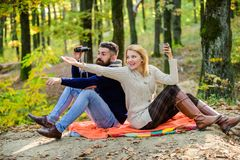 Κοιτάξτε εκεί Να χαλαρώσει στο πάρκο από κοινού Ευτυχής χαλάρωση ζευγών αγάπης στο πάρκο από κοινού Ερωτευμένη χαλάρωση τουριστών στοκ φωτογραφίες