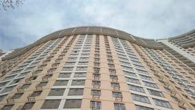 Κοιτάξτε επάνω στην άποψη του σύγχρονου κτηρίου και του μπλε νεφελώδους ουρανού - τηγάνι απόθεμα βίντεο