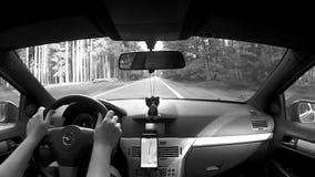 Κοιτάξτε επίμονα Splavy, Τσεχία - 12 Αυγούστου 2017: οδηγώντας αυτοκίνητο Opel Astra Χ στο δρόμο μεταξύ των δέντρων του δάσους πε απόθεμα βίντεο