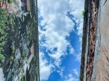 Κοιτάξτε κατευθείαν μεταξύ του παλαιού κτηρίου στην κινητή φωτογραφία ουρανού στοκ φωτογραφίες
