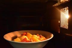 Κοιτάξτε μέσα στο άσπρο κύπελλο τροφίμων μικροκυμάτων, σε μια θερμή ατμόσφαιρα και ένα κενό τοπ διάστημα για το κείμενο στοκ εικόνες