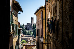 Κοιτάξτε μέσω των αλεών της Σιένα στην Ιταλία στοκ φωτογραφία