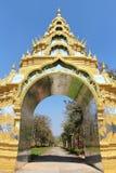 Κοιτάξτε στη χρυσή πύλη στο πάρκο στην Ινδία στοκ φωτογραφίες