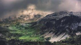 Κοιλάδα βουνών με τα σύννεφα βροχής που διαμορφώνουν ανωτέρω Στοκ εικόνες με δικαίωμα ελεύθερης χρήσης