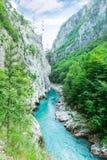 Κοιλάδα βουνών με τον όμορφο μπλε ουρανό στοκ εικόνες με δικαίωμα ελεύθερης χρήσης