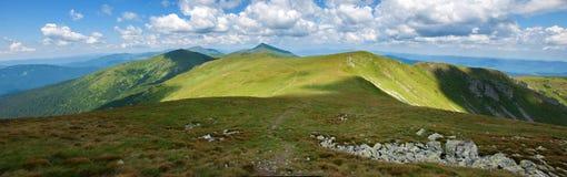 Κοιλάδα βουνών μια ηλιόλουστη ημέρα το καλοκαίρι Carpathians Στοκ Εικόνα