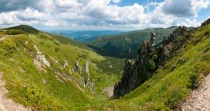 Κοιλάδα βουνών μια ηλιόλουστη ημέρα το καλοκαίρι Carpathians Στοκ φωτογραφία με δικαίωμα ελεύθερης χρήσης