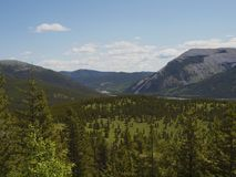Κοιλάδα βουνών το καλοκαίρι Στοκ φωτογραφίες με δικαίωμα ελεύθερης χρήσης