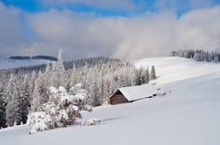 Κοιλάδα βουνών το χειμώνα στοκ εικόνες