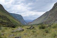 Κοιλάδα και βουνά βουνών μια νεφελώδη θερινή ημέρα στοκ εικόνες