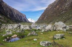 Κοιλάδα και ποταμός βουνών Εθνικό πάρκο Huascaran, οροσειρά Στοκ Εικόνες