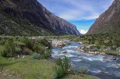 Κοιλάδα και ποταμός βουνών Εθνικό πάρκο Huascaran, οροσειρά Στοκ Εικόνα