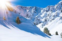 Κοιλάδα και χιόνι βουνών Στοκ φωτογραφίες με δικαίωμα ελεύθερης χρήσης