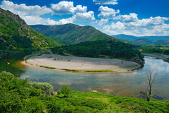 Κοιλάδα του ποταμού Arda κοντά σε Madzarovo, Βουλγαρία, ανατολικό Rhodopes Θερινή ημέρα στη Βουλγαρία Τοπίο ποταμών με τους πράσι Στοκ Εικόνα