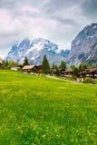 Κοιλάδα Grindelwald με το χωριό που διασκορπίζεται στις πράσινες κλίσεις ο Στοκ Φωτογραφίες