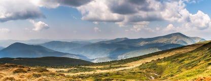 Κοιλάδα Pozhyzhevska κοντά στο τοπ Breskul και το Hoverla Στοκ Εικόνα