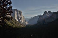Κοιλάδα Yosemite από το σεληνόφωτο Στοκ φωτογραφία με δικαίωμα ελεύθερης χρήσης