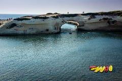 Κοιλαίνω-έξω αψίδα ασβεστόλιθων, S ` Archittu Di Santa Caterina, Σαρδηνία, Ιταλία Στοκ Φωτογραφίες