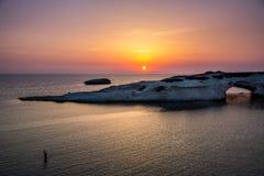 Κοιλαίνω-έξω αψίδα ασβεστόλιθων, S ` Archittu Di Santa Caterina, Σαρδηνία, Ιταλία Στοκ Εικόνες
