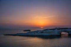 Κοιλαίνω-έξω αψίδα ασβεστόλιθων, S ` Archittu Di Santa Caterina, Σαρδηνία, Ιταλία Στοκ εικόνες με δικαίωμα ελεύθερης χρήσης