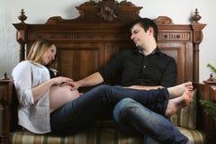 Κοιλιά μωρών αγκαλιάς πατέρων Στοκ φωτογραφία με δικαίωμα ελεύθερης χρήσης