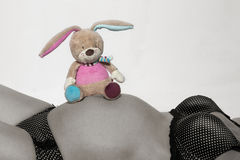 Κοιλιά μωρών με το μικρό παιχνίδι βελούδου Στοκ Εικόνες