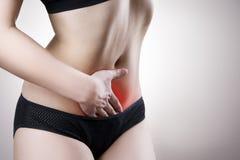 κοιλιακή γυναίκα πόνου Πόνος στο ανθρώπινο σώμα Στοκ φωτογραφία με δικαίωμα ελεύθερης χρήσης