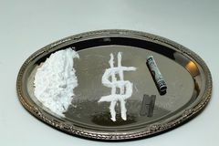 Κοκαΐνη σε μια ασημένια πιατέλα Στοκ Φωτογραφίες