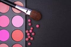 Κοκκινίζει παλέτα, σφαίρες blusher και βούρτσα για το makeup Στοκ Φωτογραφίες