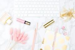 Κοκκινίστε και χρυσός θηλυκός υπολογιστής γραφείου Επίπεδος βάλτε στοκ φωτογραφίες με δικαίωμα ελεύθερης χρήσης