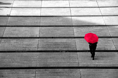 ΚΟΚΚΙΝΗ ΟΜΠΡΕΛΑ ΠΟΥ ΠΕΡΠΑΤΑ STAIRS, ΛΙΒΕΡΠΟΥΛ Στοκ φωτογραφίες με δικαίωμα ελεύθερης χρήσης