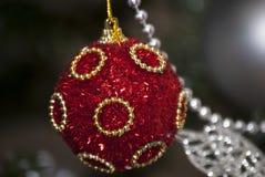 ΚΟΚΚΙΝΗ σφαίρα Χριστουγέννων με τις κίτρινες γραμμές Στοκ Εικόνα