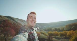 Κοκκινομάλλες αγόρι σε μια χρονική μαγνητοσκόπηση ταξιδιού μόνος του και λήψη κάποιου βίντεο για τις μνήμες στην κορυφή των βουνώ φιλμ μικρού μήκους