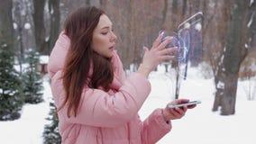 Κοκκινομάλλες κορίτσι με το ανθρώπινο κρανίο ολογραμμάτων απόθεμα βίντεο