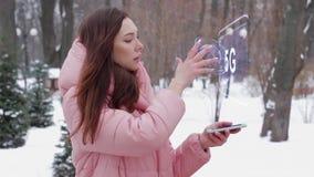 Κοκκινομάλλες κορίτσι με το ολόγραμμα 5G απόθεμα βίντεο