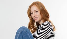 Κοκκινομάλλες κορίτσι με το στενό επάνω μακρο πρόσωπο που απομονώνεται στο άσπρο υπόβαθρο r Κανένας αποτελέστε την έννοια Redhead στοκ φωτογραφία